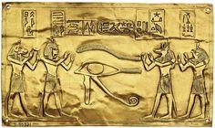 HORUS - œil Oudjat - Plaque d'or du tombeau du pharaon Psousennès, Tanis , XXIe dynastie  (Le Caire, Musée). L'incision faite par les embaumeurs pour ôter les entrailles du mort était fermée par une plaque d'or ornée de l'oeil oudjat, signe d'intégrité.