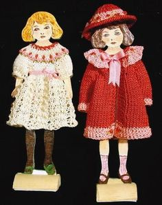 lovely knitted dress, hat and coat by Las Miniaturas de Zoe displayed on paper doll mannekins...love the presentation!