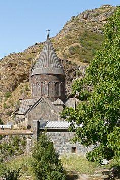 https://flic.kr/p/5r6NG1   Geghard - Armenia   View On Black Holenklooster op het einde van de Aziatschlucht, en in de 8ste en 10de eeuw verwoest door Arabieren.  In de 13de eeuw, onder de Zakharjanen, werd de hoofdkerk gebouwd. De Zakharjanen hebben Armenië van de Seldsjoeken gevrijwaard. Daarna werden de holen tot kerken omgevormd. Het kloostercomplex bestaat uit wooncellen voor de monniken, de kerk Moeder Gods, holenkapellen en profane gebouwen.   zie ook…