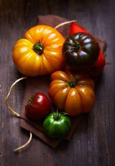 vieilles tomates Vegetable Side Dishes, Vegetable Recipes, Vegetarian Entrees, Fruits And Vegetables, I Foods, Food Photography, Happy, Color, Oxtail
