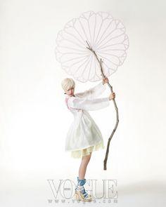 Vogue Korea May 2013 아이보리색 갑사 소재 홑액주름포와 연두 옥사의 짧은 홑치마, 수가 화려하게 놓인 물색 비단 버선은 모두 바이단(Bydan), 줄무늬 스트랩힐은 샤넬(Chanel).