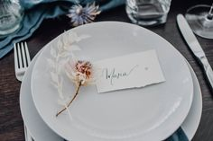Timeless flowers, blue tones for this minimalist yet elegant winter wedding table Decoration Table, Napkins, Tableware, Blue Tables, Winter Weddings, Dinnerware, Towels, Dishes, Napkin