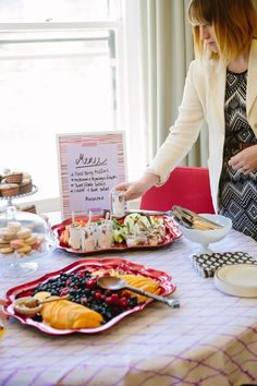 New Simple Bridal Shower Food Brunch Menu Ideas Easy Brunch Menu, Make Ahead Brunch, Brunch Decor, Brunch Recipes, Brunch Party, Tea Party, Bridal Shower Brunch Menu, Bridal Shower Advice, Simple Bridal Shower