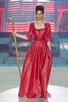Vivienne Westwood at Paris Fashion Week Spring 2014 - Runway Photos Vivienne Westwood, Fashion Week, Runway Fashion, High Fashion, Paris Fashion, Modern Fashion, Fashion Brands, Karl Lagerfeld, Beautiful Gowns