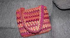 Jednoduchý návod, pomocí kterého si během 20 minut uháčkujete krásnou háčkovanou tašku přes rameno.