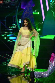 Sonakshi Sinha - Indian Idol season 7 - Bollywood On The Sets