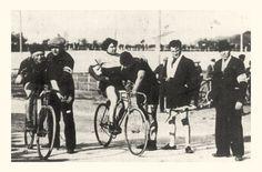 """Alfonsina Morini Strada (1891-1959), la donna che corse il Giro d'Italia 1924, in una foto del 1923 all'Arena di Milano. Al suo fianco Giovanni Gerbi (1885-1955), il """"diavolo rosso"""", grande ciclista dell'epoca dei pionieri, che mai riuscì a vincere il """"suo"""" Giro d'Italia."""