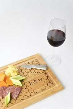 Custom cutting boards are the perfect host and hostess or newlywed gift. Today Annie of Anniemade is going to show us how to make a monogrammed cutting board. You can use any font or design youd l - Cutting Board - Ideas of Cutting Board Wood Burning Crafts, Wood Burning Patterns, Wood Burning Art, Wood Crafts, Custom Cutting Boards, Diy Cutting Board, Wood Cutting, Diy Wedding Gifts, Diy Gifts