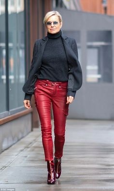 Meanwhile Gigis mom Yolanda Hadid 54 was spotted rocking fitted leather bottoms a gr Outfit Pantalon Rojo, Lederhosen Outfit, Fall Outfits, Casual Outfits, Fashion For Women Over 40, Fashion Women, Street Style, Style Casual, Red Pants