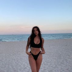 Endless summer Summer fashion Summer vibes Summer pictures Summer photos Summer outfits February 15 2020 at Look Kylie Jenner, Claudia Tihan, Beach Photography Poses, Summer Body Goals, Goal Body, Shotting Photo, Bikini Poses, Foto Casual, Cute Bathing Suits