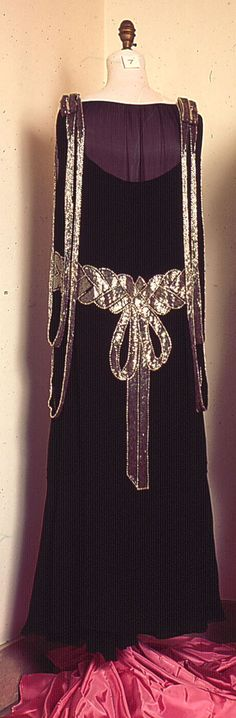 1920 Beaded Bow Dress Materials: sheer black silk/synthetic crepe chiffon, glass beads - round white/mother of pearl silver bugle metal snaps, black gross-grain ribbon waistband w/metal hooks and eyes Techniques: hand sewing Back 20s Fashion, Art Deco Fashion, Fashion History, Retro Fashion, Vintage Fashion, Ladies Fashion, Fashion Design, Womens Fashion, Antique Clothing
