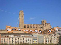 La Seu Vella de Lleida es tenyeix de groc - elsingular.cat, 26/10/2014. La ciutat de Lleida va ser ahir l'epicentre d'una nova jornada festiva i reivindicativa de la campanya 'Ara és l'Hora' combinant la Gigaenquesta amb accions del País groc. La Gigaenquesta va reunir més de 200 voluntaris per a descobrir el país nou que imaginen els lleidatans i les lleidatanes a través d'un breu formulari amb sis preguntes sobre la llengua, la gestió de recursos públics o la regeneració democràtica.