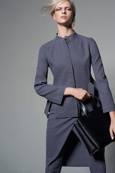 Giorgio Armani Pre-Fall 2015Как объединить строгость и роскошь, офисный стиль и женственность? Казалось бы, это - недостижимый идеал, однако коллекция Giorgio Armani Pre-Fall 2015 – яркий пример того, что нет ничего невозможного