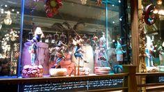 Питер. куклы Михаила Шемякина в витрине магазина Купцов Елисеевых