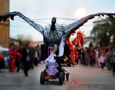 Teatro de calle itinerante que combina Pasacalles y espectáculo final con acrobacias aéreas....