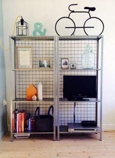 So rocken Sie IKEA Hyllis-Regale in Ihrem Interieur: 40 Ideen, Rustic Shelving Unit, Wooden Shelves, Black Office Furniture, Furniture Decor, Ikea Hack Gold, Ikea Regal, Ikea Chair, Swivel Chair, Modern Spaces