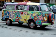 When you think about hippies you inevitably identify them with images of the flower power, John Lennon, free love and the redoubtable Volkswagen Camper van. Painted VW Bus <O> Volkswagen Transporter, Volkswagen Bus, Vw T1, Vw Vanagon, Van Hippie, Hippie Camper, My Dream Car, Dream Cars, Surf