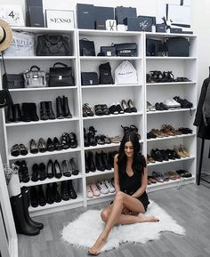 The Billy IKEA bookcase is transformed into shoes for the storage of chairs. - Ikea DIY - The best IKEA hacks all in one place Closet Bedroom, Closet Space, Bedroom Decor, Closet Vanity, Vanity Room, Walk In Wardrobe, Walk In Closet, White Closet, Billy Ikea