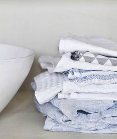 Pellavapyyhkeiden väri-maailma on herkkä. Joukossa on perittyjä pyyhkeitä ja pari Annon tuotetta.