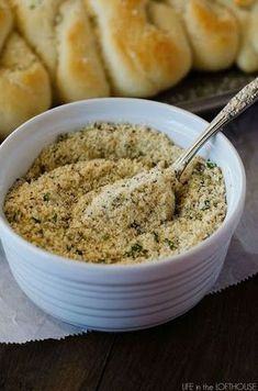 Garlic Bread Seasoning - This easy seasoning is the best! I put it on french bread, breadsticks and even chicken! Homemade Spices, Homemade Seasonings, Semi Homemade, Bagels, Garlic Bread Seasoning Recipe, House Seasoning Recipe, Chicken Seasoning, Art Du Pain, Do It Yourself Food