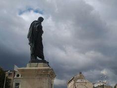 Poetul latin la propriu cu capul în nori ...