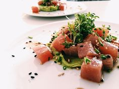 Tuna with avocado wasabi cream - NINALOVESFOOD - It is best to prepare this delicious Japanese salad as soon as possible in advance. I think raw tun - Gourmet Appetizers, Appetizer Recipes, Sushi, Easy Healthy Recipes, Asian Recipes, I Love Food, Good Food, Vegan Fish, Salads