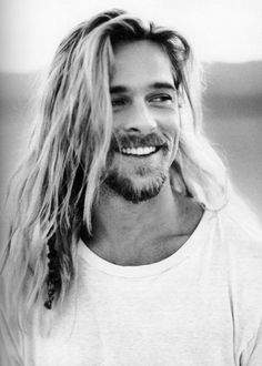 There is nothing as good as Brad Pitt with long hair. Except Brad Pitt in a beautiful suit in Ocean's Eleven. Jennifer Aniston, Pretty People, Beautiful People, Actrices Hollywood, Celebrity Gallery, Celebrity Photos, Black N White, Hair Pictures, Hairstyles Pictures