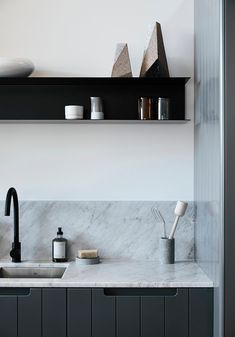 Simone Haag is one of our most beloved Australian designers. In her interiors, she perfectly combines Australia's signature modern design and elements of ✌Pufikhomes - source of home inspiration Layout Design, Australian Interior Design, Contemporary Kitchen Design, Modern Design, Scandinavian Furniture, Tiny Spaces, Kitchen Shelves, Kitchen Styling, Kitchen Interior