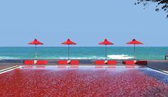 Piscina do Hotel The Library, em Koh Samui, é referência em design, e tem toda a sua água vermelha.