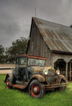 Barn & Old Car Abandoned Farm Houses, Abandoned Houses, Abandoned Places, Abandoned Vehicles, Farm Trucks, Old Trucks, Barn Pictures, Vintage Pickup Trucks, Barn Art
