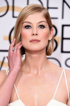Actress Rosamund Pike attends the Annual Golden Globe Awards at The Beverly Hilton Hotel on January 11 2015 in Beverly Hills California Rosamund Pike, Bridal Beauty, Wedding Beauty, Golden Globes, Golden Globe Award, Female Of The Species, Celebrity Nails, Jennifer Love Hewitt, Jennifer Garner