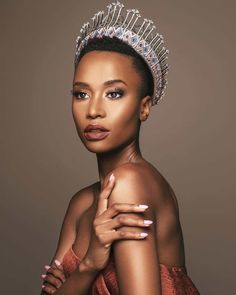 Miss Universe Miss South Africa! Not only did she represent South Africa, but she also represented pure black beauty and wore her natural hair proudly ❤🇿🇦 Steve Harvey, Afro, Miss Univers, Short Hair Styles, Natural Hair Styles, Miss France, Brown Skin Girls, Beauty Pageant, Look Alike