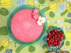 Superberry vispipuuro fatto con il succo di mirtillo rosso e semolino