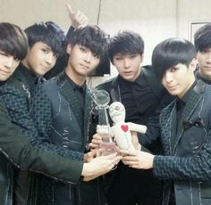 VIXX thank fans for their first ever #1 win and celebrate with Ryeowook back stage | allkpop.com