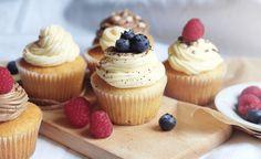 Cupcakes! Úžasný malý dezert, který na každé oslavě sklidí úspěch nejen pro svoji vynikající chuť, ale také pro praktickou velikost. Cupcakes nebudete zkrátka nudit, protože máte možnost vyrobit neskonalé množství krémů různých příchutí, každý malý dortík se tak může stát originálním uměleckým dílem.