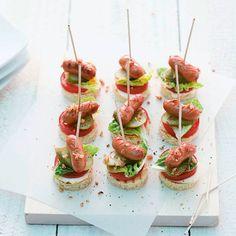 Schnell und einfach zuzubereiten und einfach lecker sind diese Hot-Dog-Spiesschen. Auf Ihrem Partybüfett wird diese Leckerei sicherlich nicht lange li...