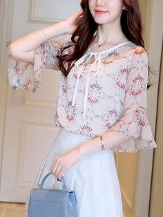 62 ideas style inspiration women blouses for 2019 Kurti Sleeves Design, Sleeves Designs For Dresses, Blouse Styles, Blouse Designs, Bell Sleeve Blouse, Bell Sleeves, Moda Chic, Western Dresses, Indian Designer Wear