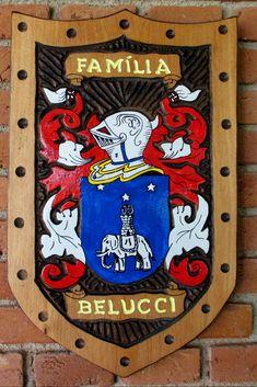 Brasão da família Belucci entalhado em madeira