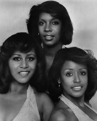 The Supremes 1975 - Cindy Birdsong returned to replace Lynda Laurence, Mary Wilson, and Scherrie Payne who replaced Jean Terrell. Payne is the sister of singer Freda Payne. Soul Singers, Female Singers, Vintage Hollywood, Classic Hollywood, Freda Payne, Black Music Artists, Diana Ross Supremes, Mary Wilson, Tamla Motown