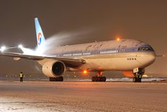 Korean Air Boeing 777-2B5/ER HL7751 having its night time shower of de-icing fluid at Moscow-Sheremetyevo, December 2007. (Photo: Aleksandr Markin)