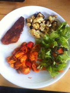 Ostermontag gab es bei Gina gebackenen Blumenkohl und Aubergine, dazu Teigwaren, Lauch und Salat - und veganes Grill-Rib!