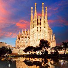 Templo Expiatório da Sagrada Família é o grande símbolo de Barcelona.  Criado por um dos arquitetos mais reconhecidos e renomados do mundo Antoni Gaudí a obra começou a ser construída em março de 1882 e até hoje não terminou. Sua finalização está prevista para o ano de 2026 com margem a 2028 cerca de 144 anos desde o começo de sua construção. Esse é o monumento mais visitado da Espanha então se você for a Barcelona é parada obrigatória. Você que já conhece a Sagrada Família deixa um recado…