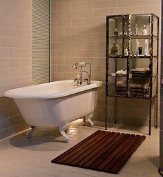 No banheiro projetado pelo arquiteto Vitor Penha, os frios azulejos brancos deram lugar a um acolhedor bege. O deque protege os pés do chão. A iluminação contribui para um calmo banho de banheira