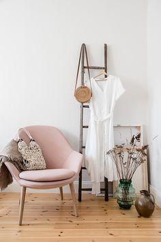 Ein praktischer Helfer im Schlafzimmer - Adelaide Sessel in Dusty Rose. Boconcept, Scandi Bedroom, Bedroom Decor, Hippie Style Rooms, Tidy Room, Luxury Rooms, Amazing Decor, Bed Sizes, Room Inspiration