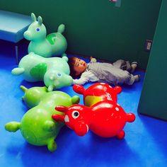 Instagram media unaco3 - 今日はロディちゃんの真ん中で転がって黄昏ていました(๑´▿`๑)  #息子#1歳5ヶ月#17ヶ月#男の子#ぱっつん#おかっぱ男子#ロディ#RODY#児童館