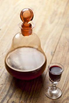 Przepis na nalewkę z orzechów łuskanych ma dwie zalety. Przyrządzona w ten sposób nalewka nie musi długo leżakować - praktycznie można ją ko... Irish Cream, Wine Decanter, Barware, Give It To Me, Food And Drink, Vogue, Recipes, Wine Glass Rack, Rezepte