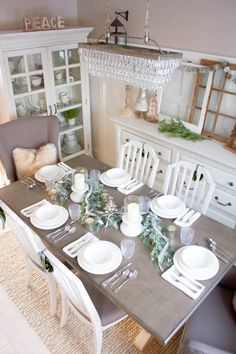 This simple farmhouse Christmas tablescape is the perfect backdrop for a lovely holiday dinner! | http://www.makingitinthemountains.com