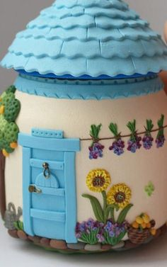 "A jar covered in olymer clay & transformed into a ""fairy house"". Polymer Clay Kunst, Polymer Clay Fairy, Fimo Clay, Polymer Clay Projects, Polymer Clay Creations, Clay Fairy House, Fairy Houses, Clay Jar, Clay Fairies"