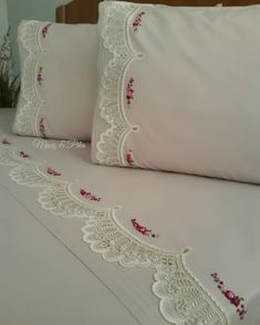 Image may contain: indoor Hand Work Embroidery, Embroidery Patterns Free, Embroidery Stitches, Chandelier Wedding Decor, Motifs Perler, Felt Pillow, Crochet Lace Edging, Crafts Beautiful, Shabby Chic Bedrooms