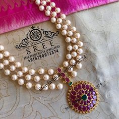 Jewelry OFF! Multilayered Pearl and Kemp Stones Necklace ~ South India Jewels Pearl Necklace Designs, Jewelry Design Earrings, Gold Earrings Designs, Gold Jewellery Design, Pearl Jewelry, Stone Necklace, Pearl Pendant Necklace, Jewelry Stand, Resin Jewelry